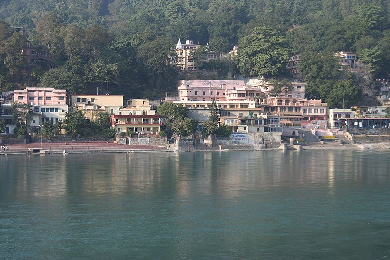 800px-Ashrams_on_the_banks_of_Ganges,_Rishikesh